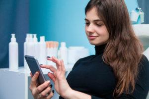 Schoonheidsspecialiste geeft advies over huidverzorging tijdens de quarantaine